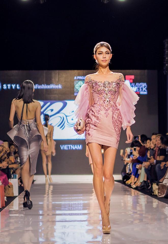 Huyền My gợi cảm khó cưỡng trên sàn diễn thời trang Malaysia - 9