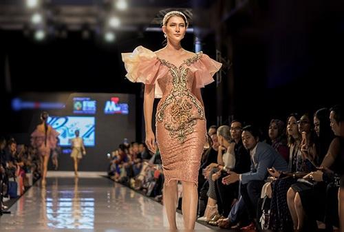 Huyền My gợi cảm khó cưỡng trên sàn diễn thời trang Malaysia - 10