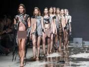 Thời trang - Show diễn lạ, áo quần tự bốc hơi khỏi cơ thể người mẫu