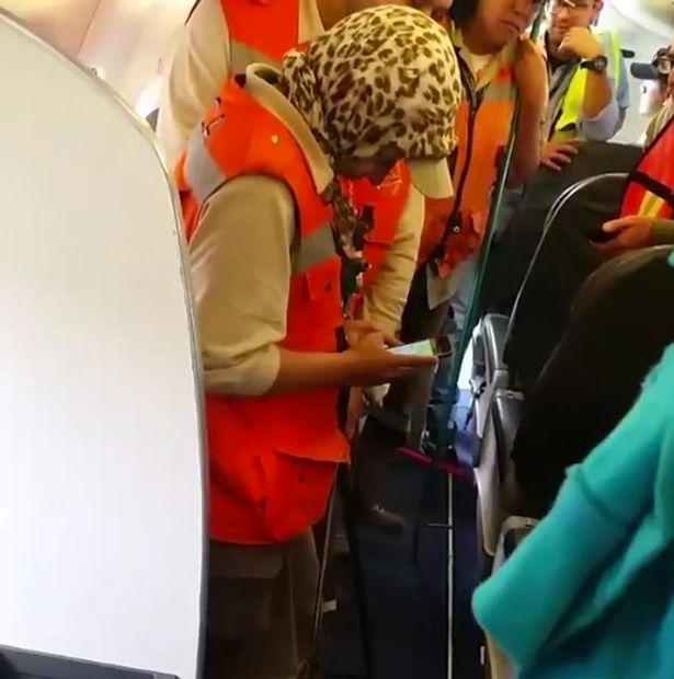 """Mexico: Hết hồn với rắn độc treo """"lủng lẳng"""" trong máy bay - 2"""
