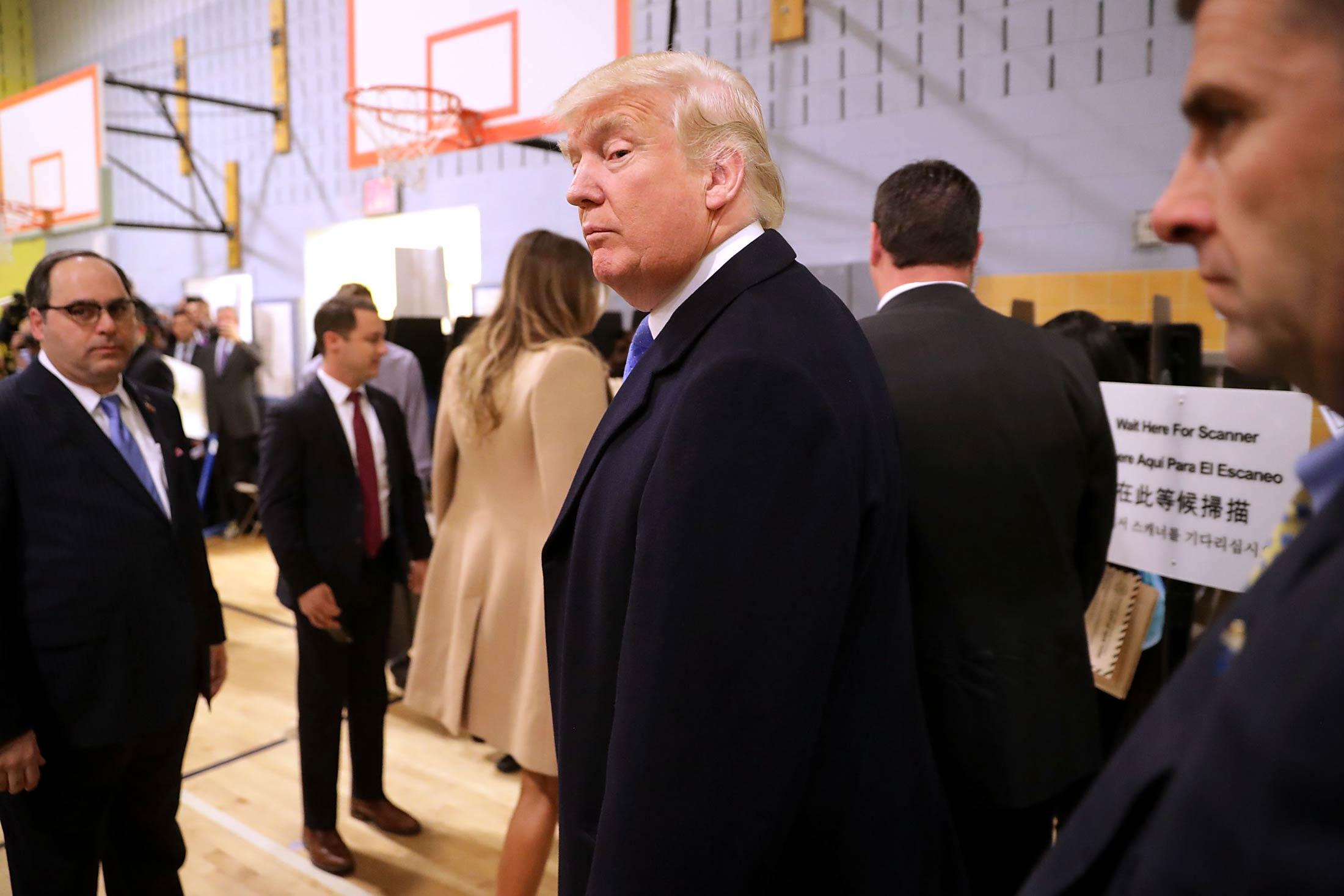 Donald Trump nhìn trộm xem vợ có bỏ phiếu cho mình? - 1