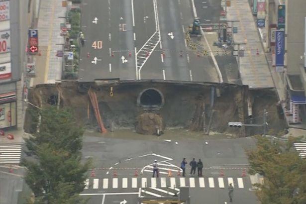 """Xuất hiện hố khổng lồ """"nuốt gọn"""" 4 làn đường ở Nhật Bản - 1"""