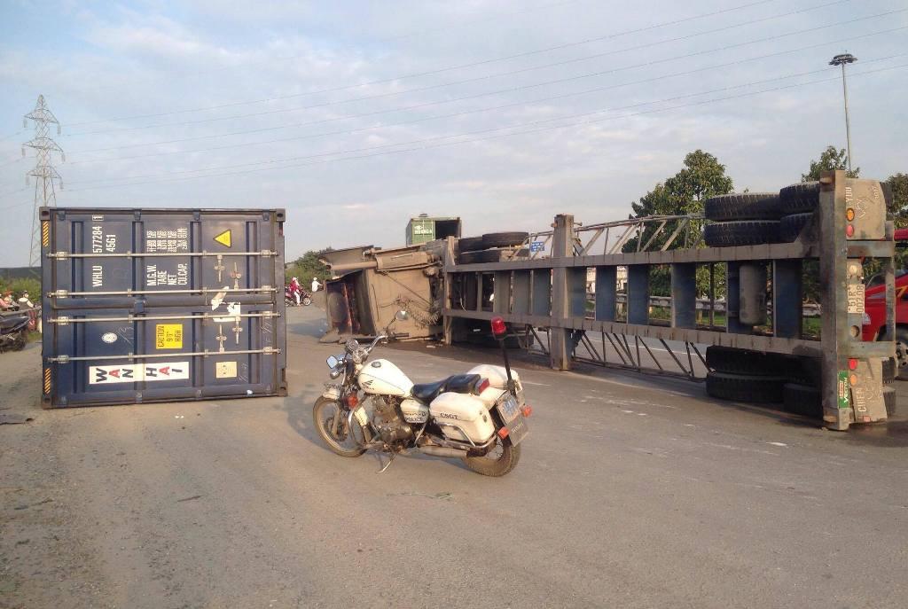 TP.HCM: Container lật ngang trên dốc cầu, giao thông tê liệt - 1