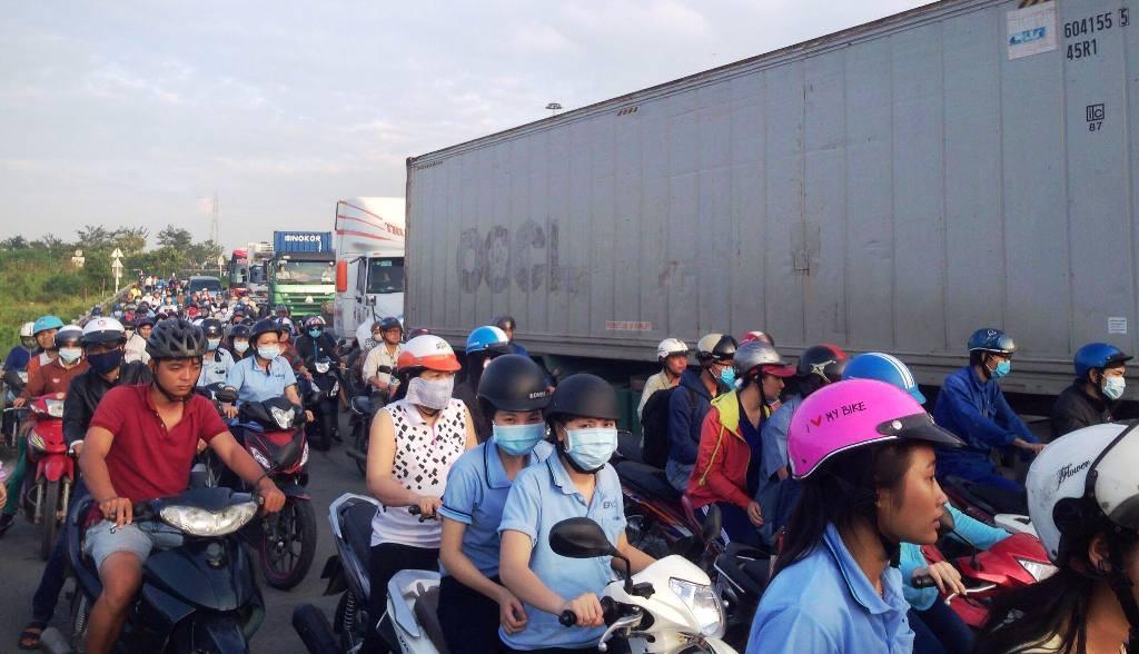 TP.HCM: Container lật ngang trên dốc cầu, giao thông tê liệt - 3