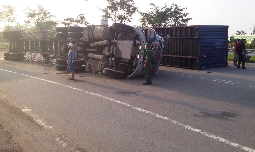 TP.HCM: Container lật ngang trên dốc cầu, giao thông tê liệt - 2