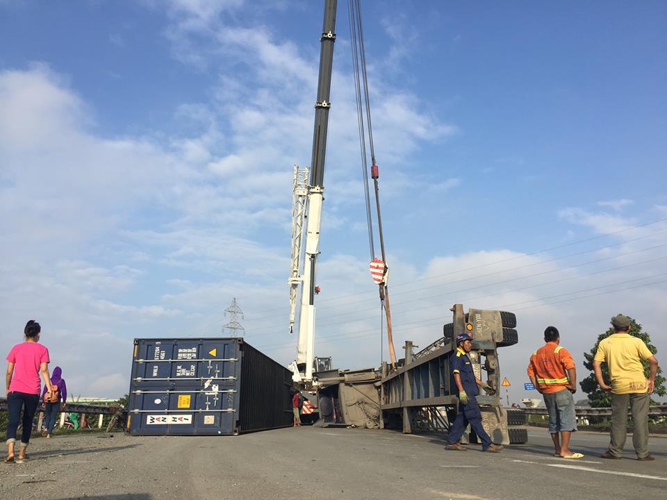 TP.HCM: Container lật ngang trên dốc cầu, giao thông tê liệt - 5