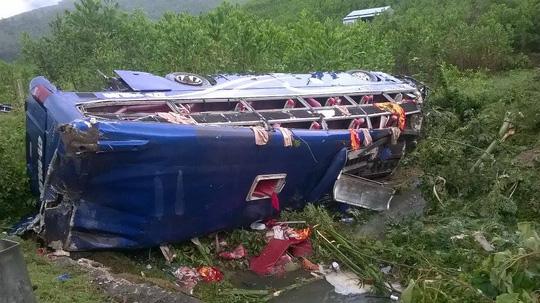 Lật xe khách, 2 người chết, 14 người bị thương - 3