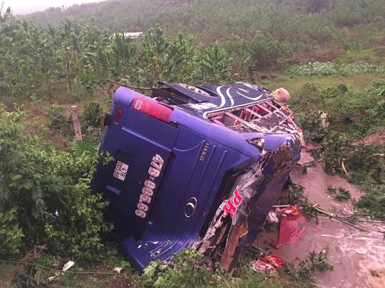 Lật xe khách, 2 người chết, 14 người bị thương - 4