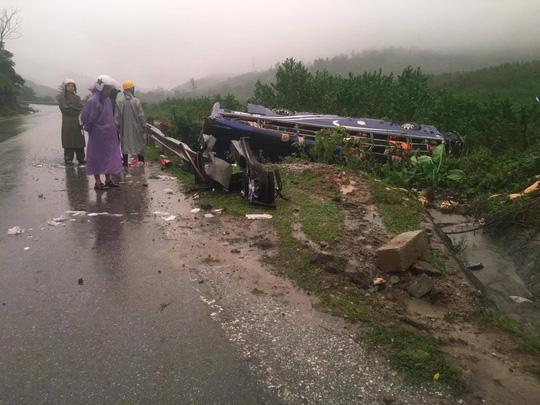 Lật xe khách, 2 người chết, 14 người bị thương - 6