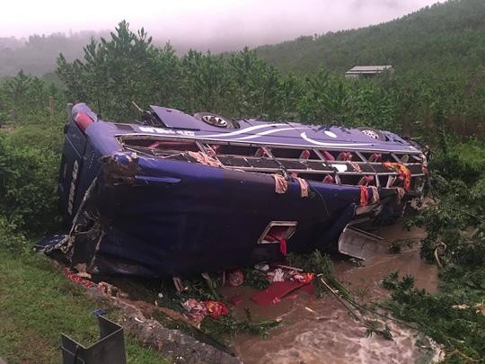 Lật xe khách, 2 người chết, 14 người bị thương - 7