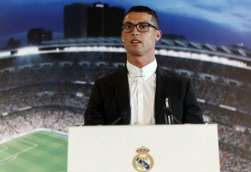 Sau hợp đồng tỷ đô, Ronaldo có thêm hợp đồng tỷ bảng - 2