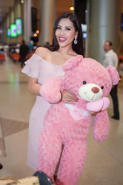 Nguyễn Loan khoe vai trần ở sân bay ngày trở về - 1