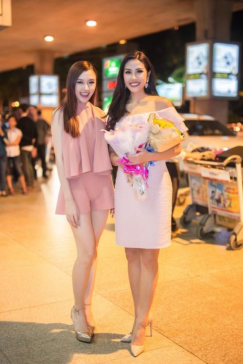 Nguyễn Loan khoe vai trần ở sân bay ngày trở về - 2