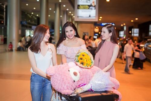 Nguyễn Loan khoe vai trần ở sân bay ngày trở về - 3