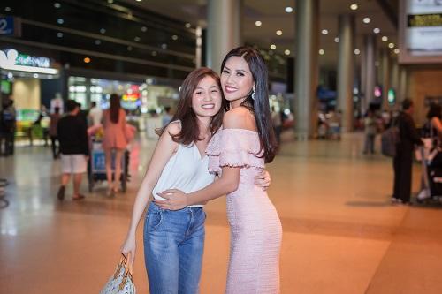 Nguyễn Loan khoe vai trần ở sân bay ngày trở về - 4