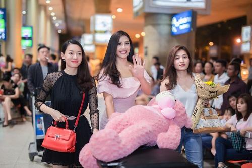 Nguyễn Loan khoe vai trần ở sân bay ngày trở về - 5