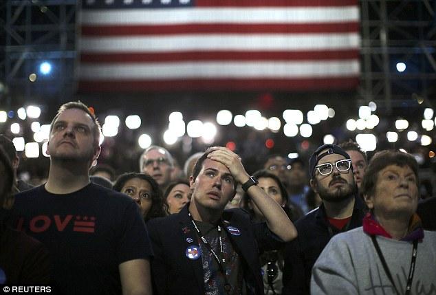 Dân Mỹ ôm mặt khóc khi bà Clinton thua thảm hại - 1