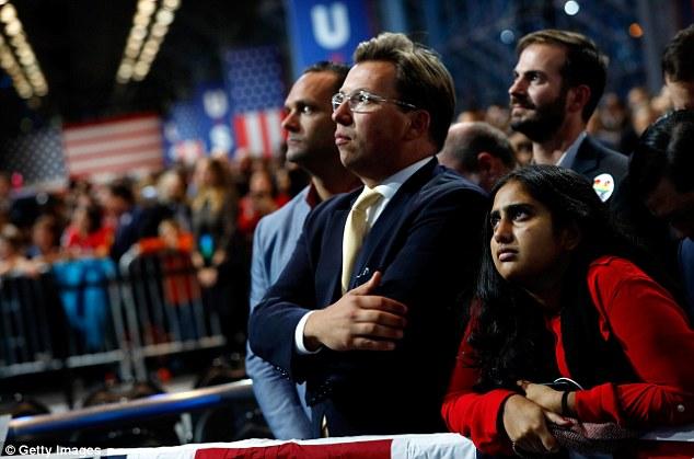 Dân Mỹ ôm mặt khóc khi bà Clinton thua thảm hại - 2