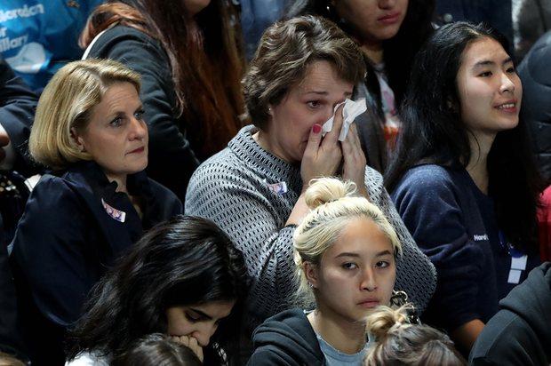 Dân Mỹ ôm mặt khóc khi bà Clinton thua thảm hại - 3