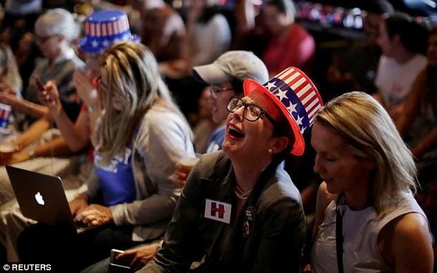 Dân Mỹ ôm mặt khóc khi bà Clinton thua thảm hại - 6
