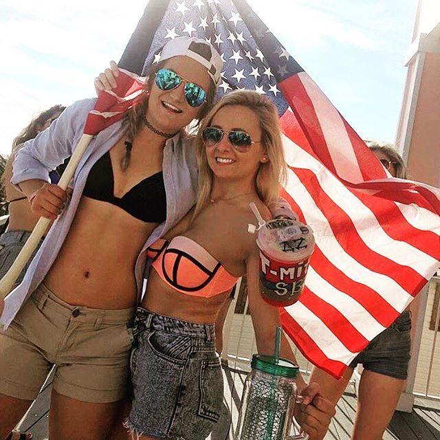 Mỹ nhân đua nhau mặc gợi cảm mừng Trump chiến thắng - 1