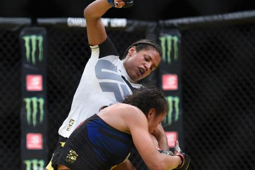 """Ghét thái độ: """"Nữ quái"""" UFC đòi chiến """"thánh nữ"""" WWE - 5"""