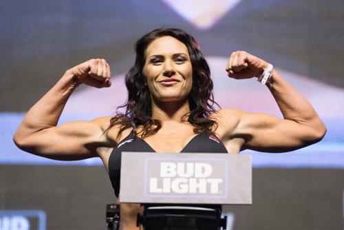 """Ghét thái độ: """"Nữ quái"""" UFC đòi chiến """"thánh nữ"""" WWE - 3"""