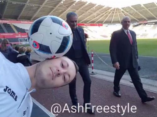 MU: Fan biểu diễn với bóng, Mourinho phá đám - 1