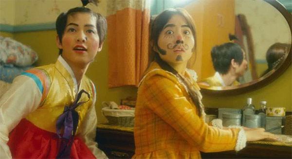 Cảnh Song Joong Ki giả gái khiến fan té ngửa - 4