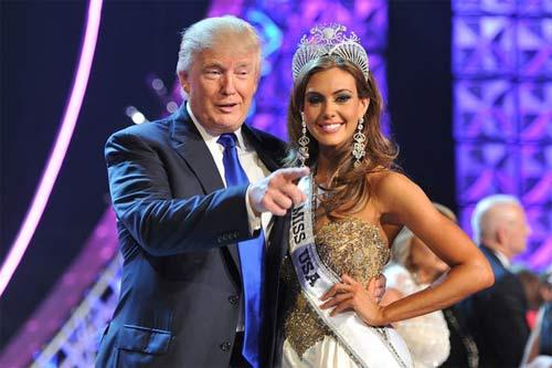 """Ông Donald Trump và những lần bị """"bao vây"""" bởi hoa hậu - 1"""