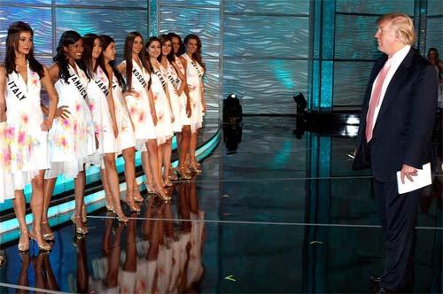 """Ông Donald Trump và những lần bị """"bao vây"""" bởi hoa hậu - 16"""