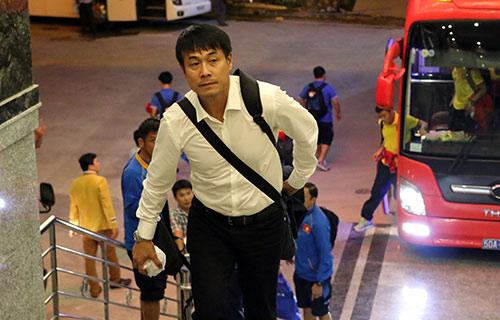 """Đến Cần Thơ, HLV Hữu Thắng, Công Phượng bị fan nữ """"bủa vây"""" - 1"""