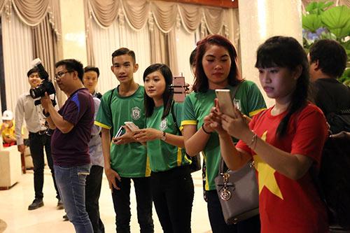 """Đến Cần Thơ, HLV Hữu Thắng, Công Phượng bị fan nữ """"bủa vây"""" - 4"""