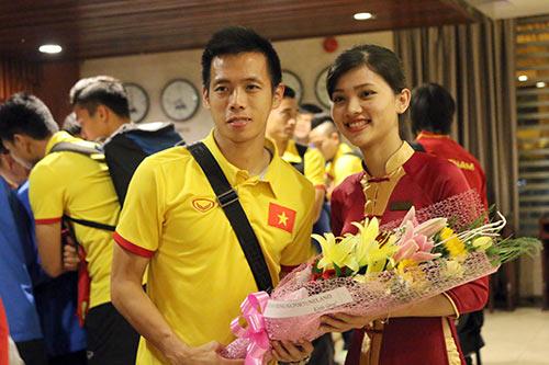"""Đến Cần Thơ, HLV Hữu Thắng, Công Phượng bị fan nữ """"bủa vây"""" - 5"""
