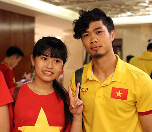 """Đến Cần Thơ, HLV Hữu Thắng, Công Phượng bị fan nữ """"bủa vây"""" - 6"""