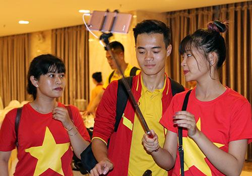 """Đến Cần Thơ, HLV Hữu Thắng, Công Phượng bị fan nữ """"bủa vây"""" - 9"""
