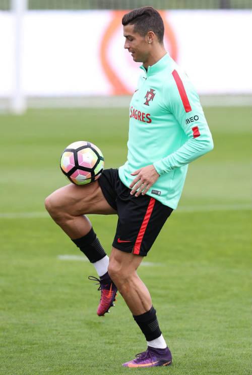 Ronaldo đẳng cấp hơn Ronaldinho, xứng đáng đoạt QBV - 2