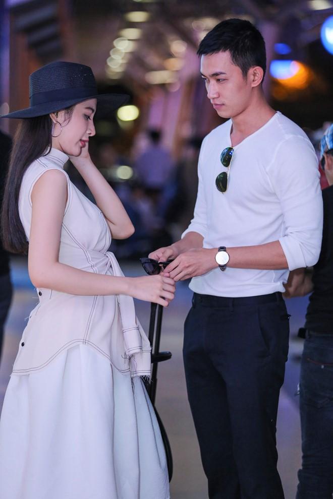 Angela Phương Trinh mặc không hở vẫn hút hồn ở sân bay - 5