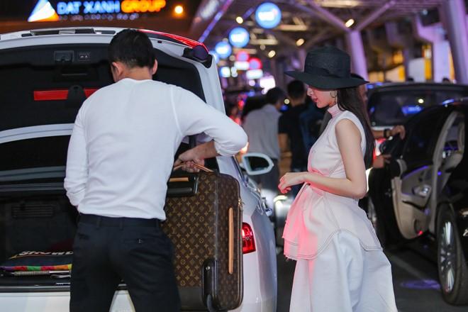 Angela Phương Trinh mặc không hở vẫn hút hồn ở sân bay - 6