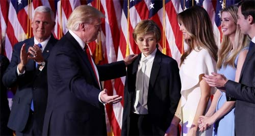 """Phong cách chuẩn """"soái ca nhí"""" của cậu út nhà Trump - 10"""