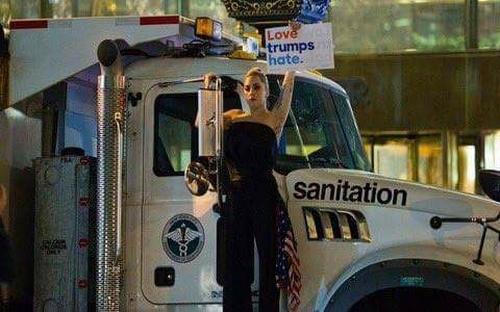 Lady Gaga biểu tình, nước mắt nhạt nhòa vì Trump thắng cử - 1