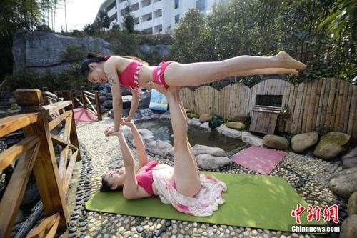 Sửng sốt ảnh yoga cực độc của các thiếu nữ xứ lạnh - 2