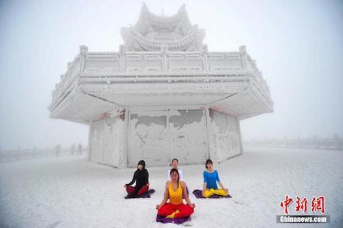 Sửng sốt ảnh yoga cực độc của các thiếu nữ xứ lạnh - 4