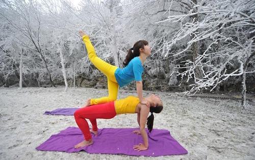 Sửng sốt ảnh yoga cực độc của các thiếu nữ xứ lạnh - 5