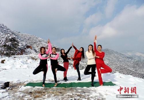 Sửng sốt ảnh yoga cực độc của các thiếu nữ xứ lạnh - 8