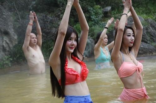 Sửng sốt ảnh yoga cực độc của các thiếu nữ xứ lạnh - 11