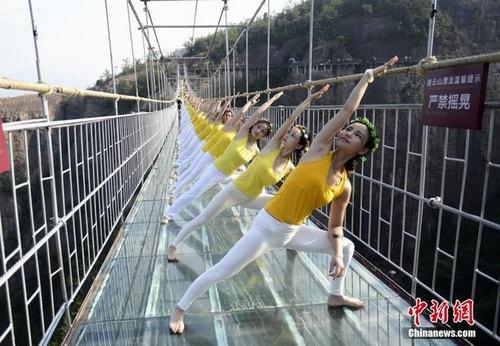 Sửng sốt ảnh yoga cực độc của các thiếu nữ xứ lạnh - 13