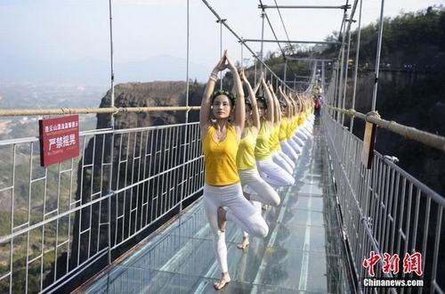 Sửng sốt ảnh yoga cực độc của các thiếu nữ xứ lạnh - 14