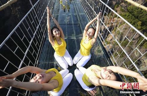 Sửng sốt ảnh yoga cực độc của các thiếu nữ xứ lạnh - 15