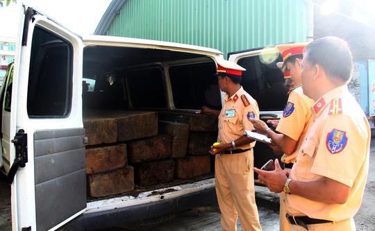 Xe khách ngụy trang xe cấp cứu chở đầy gỗ lậu - 2